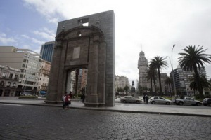 montevideo-gate Independence Plaza